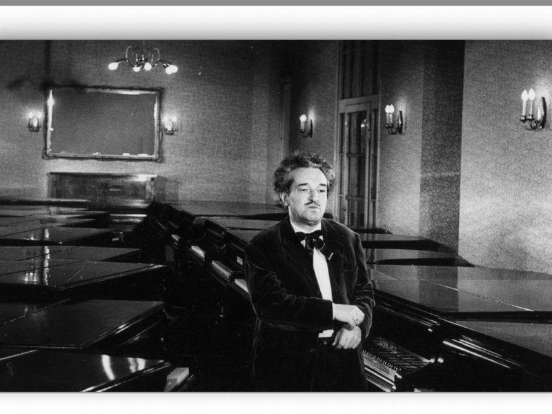 """Großer Schauraum im preisgekrönten Kurzfilm """"Pianola-Story"""" (1965)"""