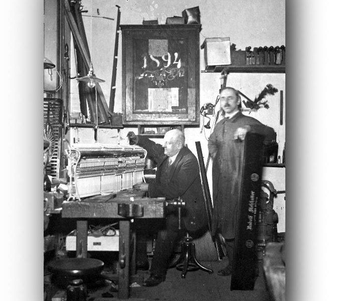 Albin Förstl und Mitarbeiter in der alten Förstl-Werkstatt